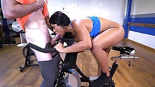 Bootylicious ebony gets pussy nailed by her gym instructor