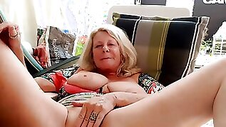 Slutty mature hot lady is spreading and rubbing cunt on webcam