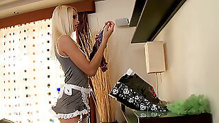Leggy maid Erica Fontes rewarded with cumshot